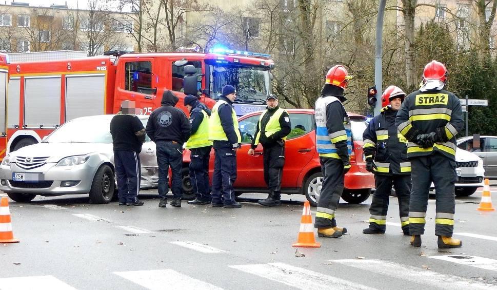 Film do artykułu: Świnoujście: Kolizja dwóch samochodów w centrum miasta [ZDJĘCIA]
