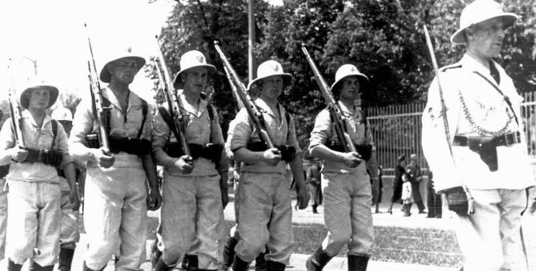 Oddział kolonialny Ligi Morskiej i Kolonialnej. Białe mundury wzorowano na angielskich uniformach kolonialnych