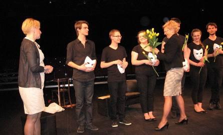Kwiaty i gratulacje od dyrektor Anny Łąpienieckiej