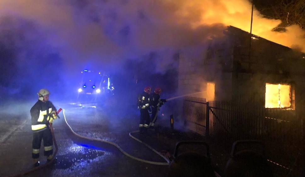 Film do artykułu: Strażacy gasili pożar domu w Dąbrówce. Cały budynek był w płomieniach