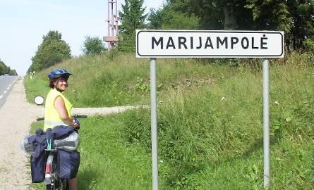 Bogusława Ronowska już u celu podróży -przed wjazdem do Mariampola