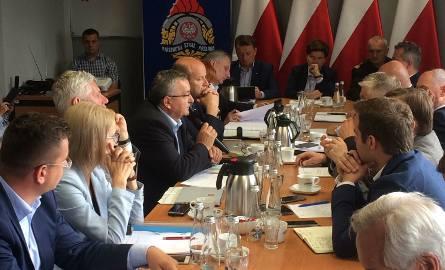 Premier Beata Szydło i ministrowie spotkali się ze strażakami w Chojnicach