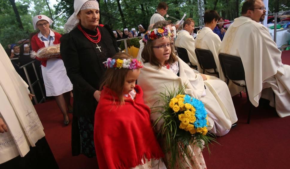 Film do artykułu: Pielgrzymka kobiet i dziewcząt do Piekar Śląskich w strugach deszczu ZDJĘCIA