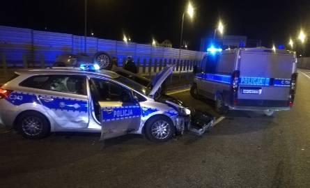 Dwa staranowane radiowozy w Lubiczu przy A1. Policyjny pościg za sprawcami napadu z bronią w ręku [24.02.2020]