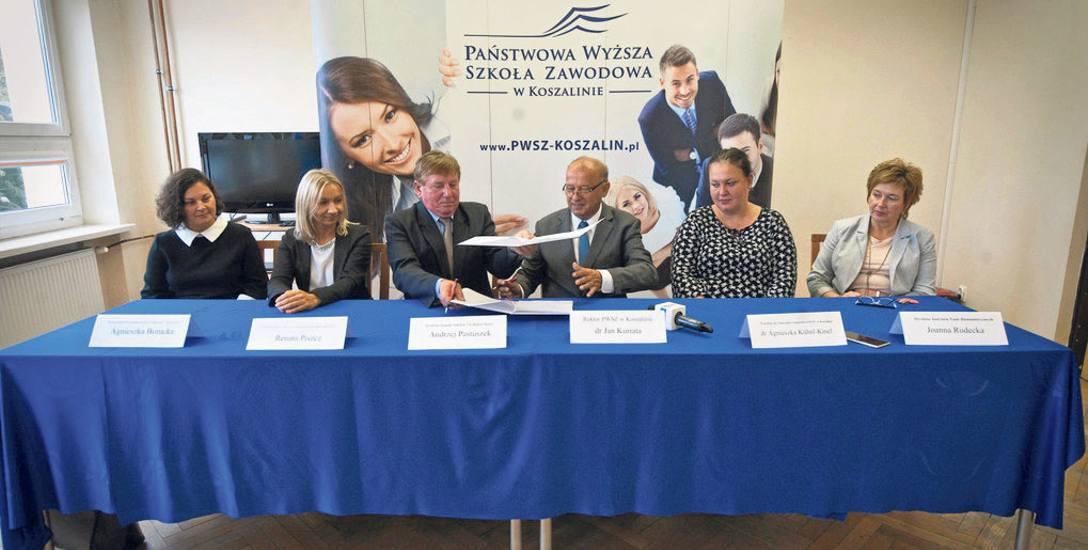 Umowę podpisali Andrzej Pastuszek, dyrektor ZS (trzeci od lewej), i rektor Jan Kuriata (obok)
