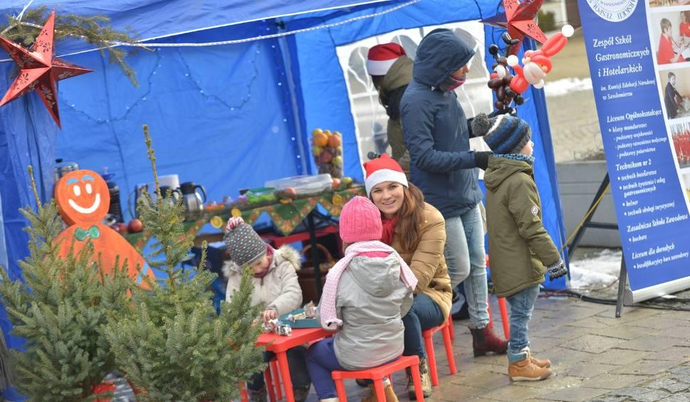 Film do artykułu: Mikołajki w Sandomierzu. Burmistrz powitał Świętego Mikołaja. Słodkie upominki dla grzecznych dzieci
