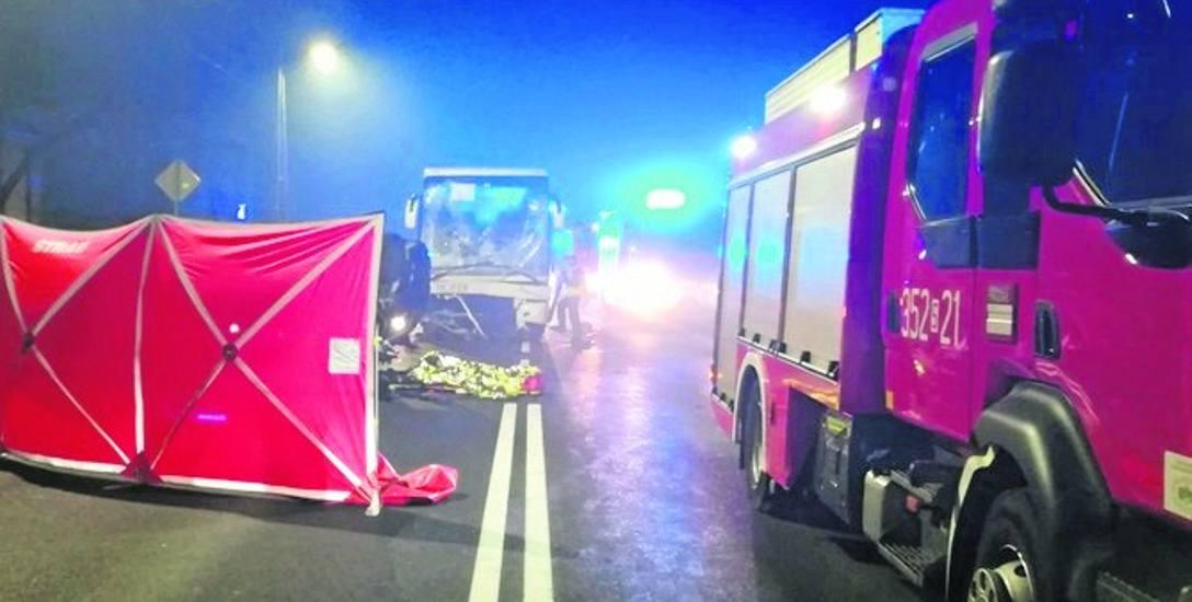 W autokarze podróżowało 38 osób.  Kierowca i 12 pasażerów zostało przetransportowanych do szpitali.