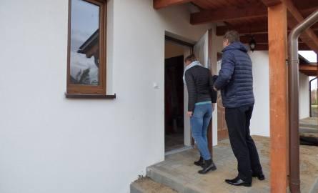 Nawałnica 2017.Marszałek Struk obejrzał nowy dom rodziny Gostomskich