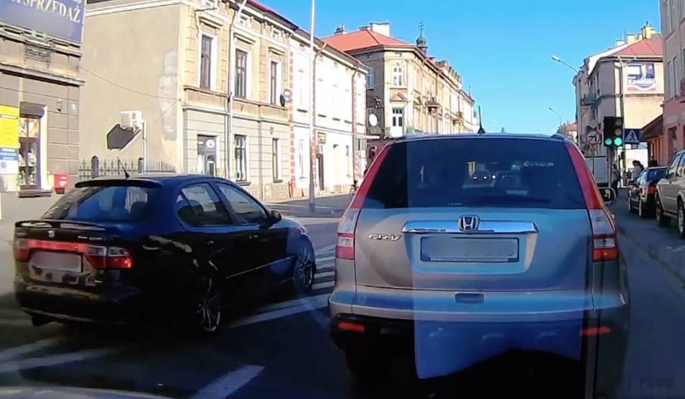 Film do artykułu: Pirat drogowy na ul. Grunwaldzkiej w Przemyślu. Kierowca seata wykonał niebezpieczny manewr [WIDEO INTERNAUTY]