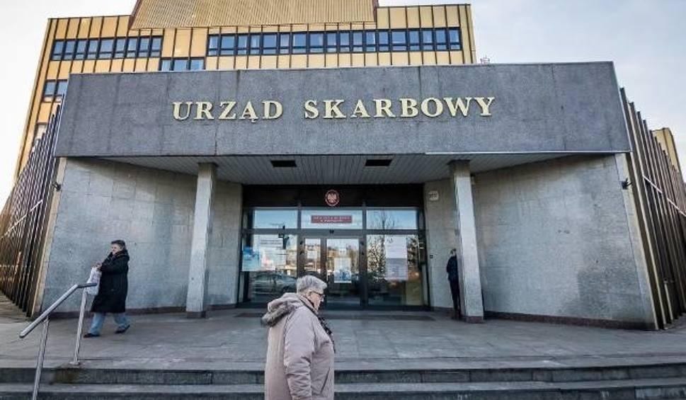 Film do artykułu: Katowice: będzie protest pracowników skarbówki przeciw dyrektorowi. Związkowcy oburzeni brakiem badań na koronawirusa. Mają zapłonąć opony