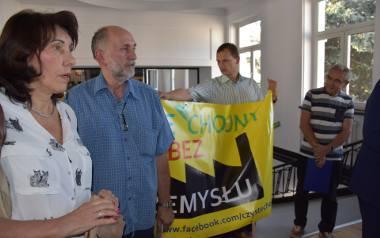 """Przedstawiciele stowarzyszenia """"Czyste Chojny"""" protestowali przeciwko uciążliwości fabryki Hutchinson podczas ostatniej sesji Rady"""