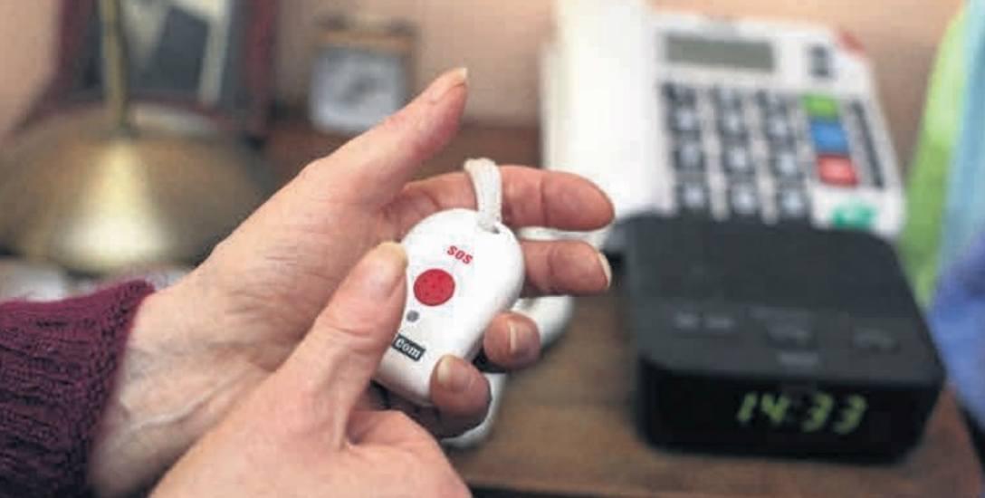 Pani Czesława ze Słupska czuje się bezpieczna, mając w domu telefon z czerwonym guzikiem. - Dziękuję za ten pomysł mojej opiekunce z MOPR - dodaje.