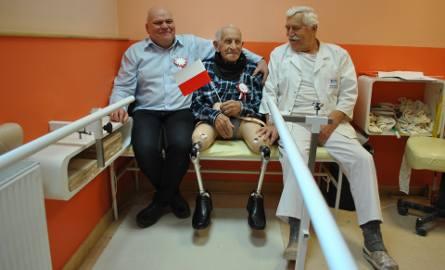 Tadeusz Madera ma 102 lata. Jest najstarszym człowiekiem, który uczy się chodzić w protezach [ZDJĘCIA]