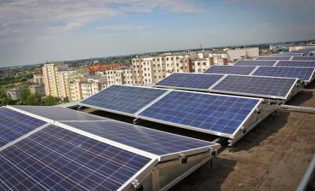 Panele słoneczne zamontowano na dachu bloku przy Świeradowskiej 65. Mieszkańcy korzystają z nich od piątku