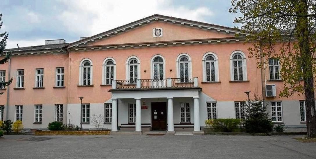 Tadeusz Barucki chodził do Gimnazjum im. Króla Zygmunta Augusta, czyli dzisiejszego VI LO przy ul. Warszawskiej 8