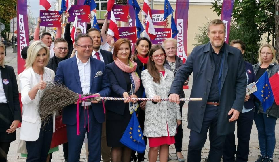 Film do artykułu: Adrian Zandberg, szef Partii Razem, w Kielcach. Przedstawił pomysł reformy systemu ochrony zdrowia w Polsce. W prezencie dostał... miotłę