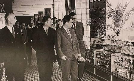 """Rok 1961. Otwarcie """"Delikatesów"""". Gdy tylko przez sklep przeszli oficjele, na towar rzucili się mieszkańcy Opola. Tyle wędlin naraz"""