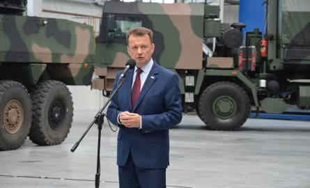 Minister obrony narodowej Mariusz Błaszczak w Hucie Stalowa Wola, w tle samochód ciężarowy Jelcz 882.53 do przewozu artylerii