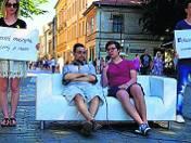 Sofa przy Bagateli zachęcała przechodniów do odpoczynku