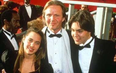 13-letnia Angelina Jolie z bratem Jamesem Havenem i ojcem Johnem Voightem na 60. ceremonii wręczenia Oscarów w 1988 r.