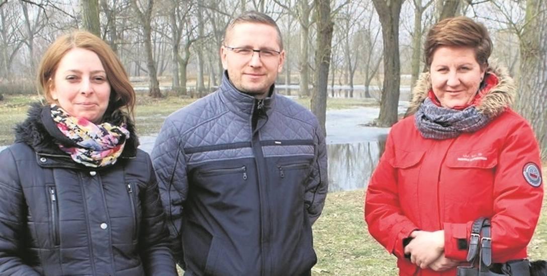 Bogumiła Czarniak i Sylwester Suchowski z międzyrzeckiego wydziału inwestycji z autorką projektu plaży Martą Szeremet