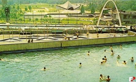 Dawne kąpielisko Fala: kultowy basen ze sztuczną falą, a w głębi baseny - olimpijski i z wieżą