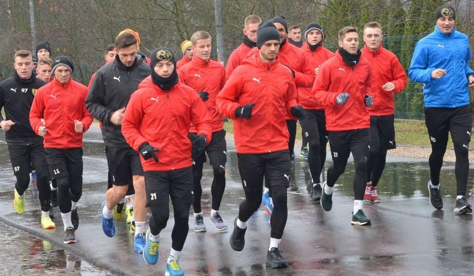 Film do artykułu: Piłkarze Korony wznawiają treningi. Na początek badania krwi i zajęcia w terenie