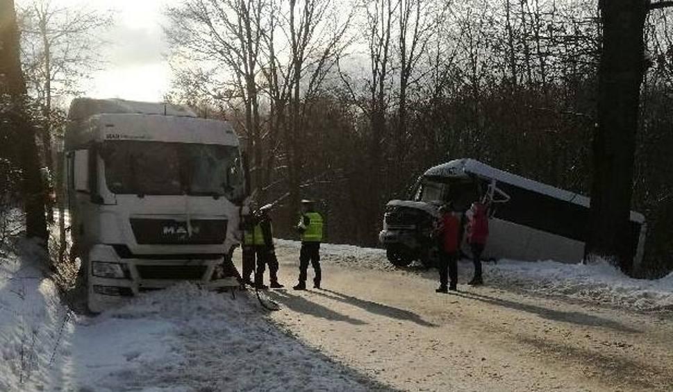Film do artykułu: Wólka Kłucka. Wypadek busa z ciężarówką. Są ranni