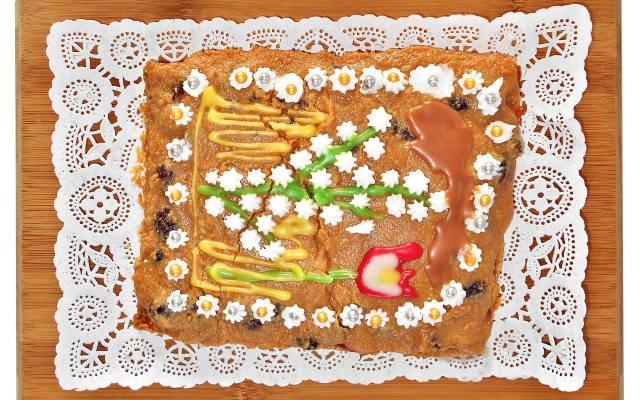Do dekoracji mazurka można zaangażować dzieci. To nic, że nie będzie ona idealna.