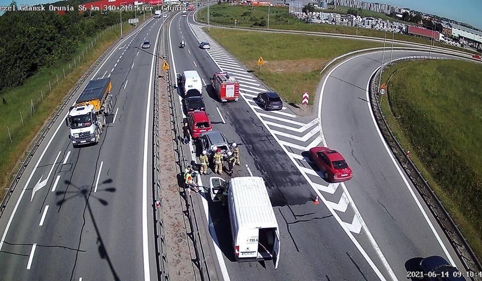 Film do artykułu: Zderzenie pięciu pojazdów na drodze S6 w Kowalach. 14.06.2021 r. Dwa pasy ruchu były zablokowane. Służby zakończyły działania
