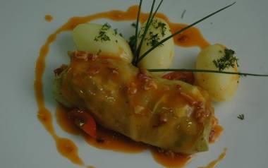 Gołąbki z mięsem i ryżem w sosie pomidorowym