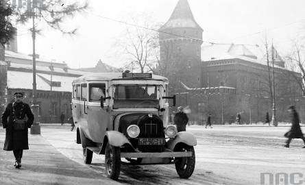 Autobus w pobliżu Barbakanu, rok 1932.http://www.audiovis.nac.gov.pl/obraz/84310/