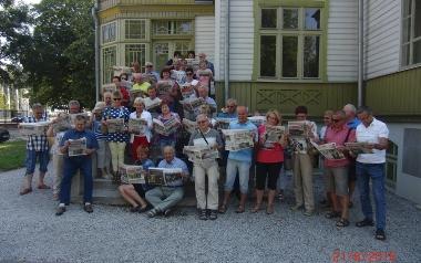Uczestnicy wycieczki Klub Seniora SITG przy KWK Jankowice w czasie zwiedzania Skansenu Łódzkiej Architektury Drewnianej