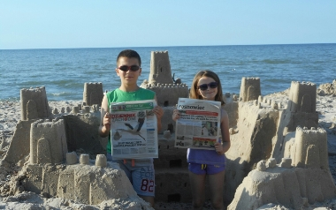 Ola i Kuba Okulscy na plaży w Sarbinowie