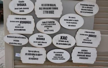 Drewniane tabliczki z napisami