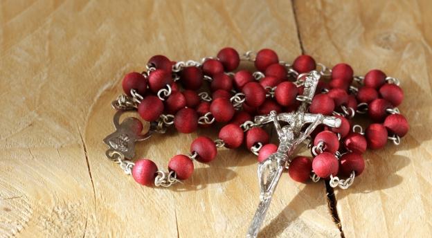 Większość katolików NIE WIE, jak odmawiać różaniec! A czy TY wiesz, jak to robić? [QUIZ]