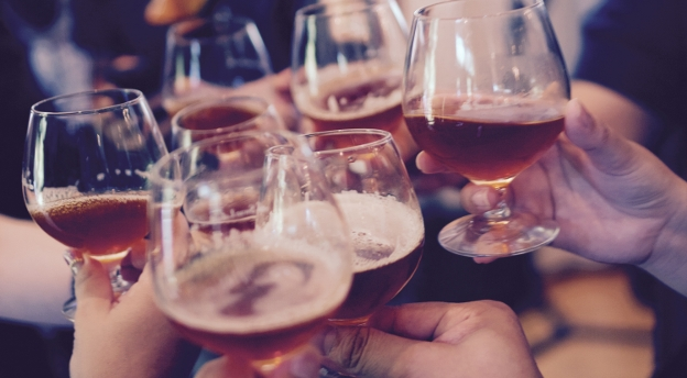 Weekend bez alkoholu zaliczasz do straconych? Sprawdź, czy grozi ci alkoholizm!