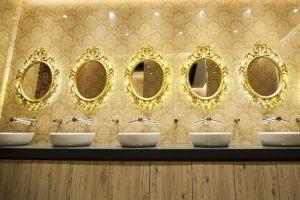 Królewskie toalety ze zdjęcia znajdują się w: