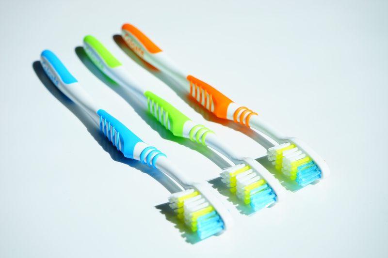 Prawda czy fałsz? Szczoteczką z twardym włosiem lepiej doczyścisz zęby.