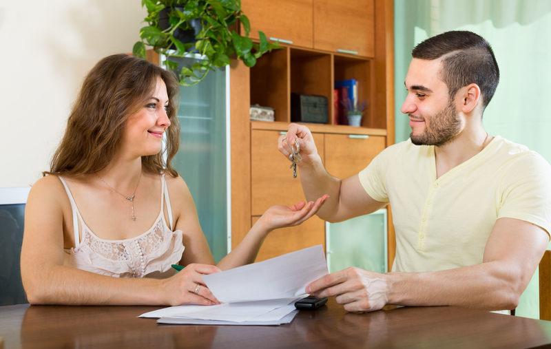 Dłużnik mieszka w wynajmowanym mieszkaniu. Czy komornik może do niego wejść w celu zajęcia mienia?