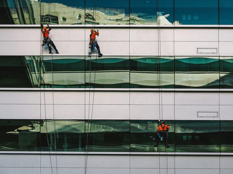Osoba, która instaluje reklamy na wysokich budynkach, kominach, wieżach i masztach, a także czyści, maluje, uszczelnia i remontuje elewacje budynków, to: