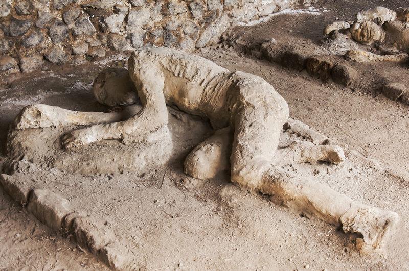 Wybuch którego wulkanu zniszczył Pompeje w 79 roku?