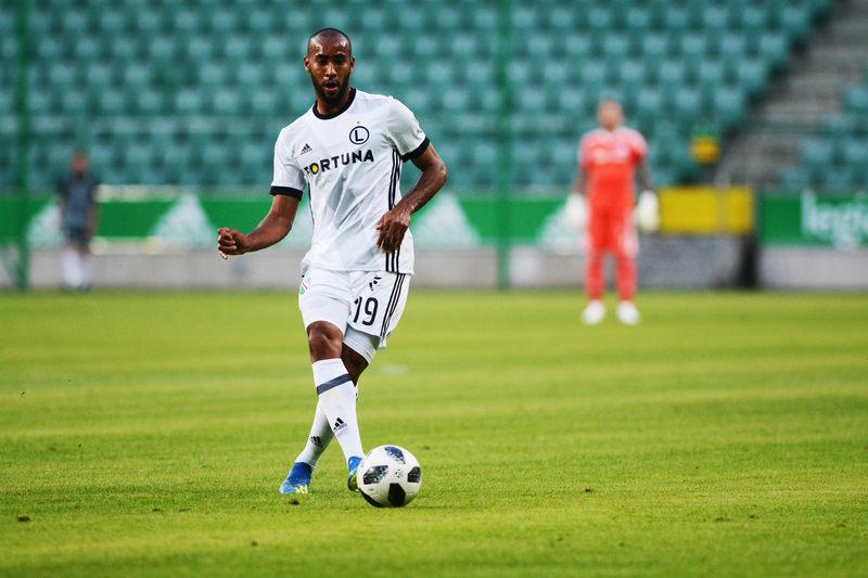 Jak nazywa się piłkarz na zdjęciu i jaki kraj reprezentuje?