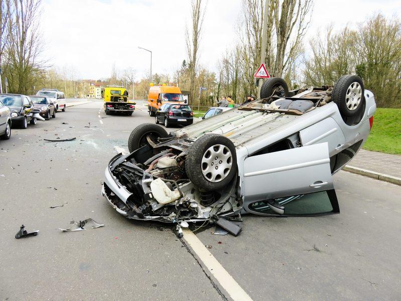 Co NIE jest niezbędnym krokiem przed przystąpieniem do pierwszej pomocy po wypadku samochodowym?