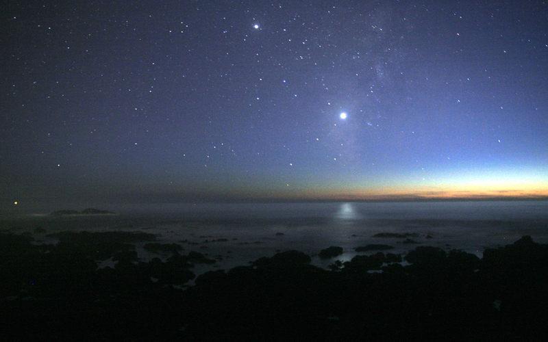 Znajdujący się nad horyzontem punkt, jest trzecim pod względem jasności ciałem niebieskim widocznym na niebie (po Słońcu i Księżycu). Mowa tu o...